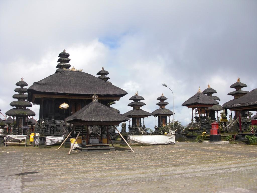 El templo antes de que llegaran los novios. Se recorren todos los templos de la ciudad uno a uno