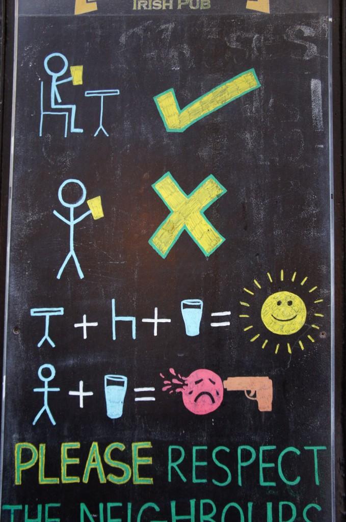 Ambiente. Cartel gracioso de un bar del centro durante las fiestas -)