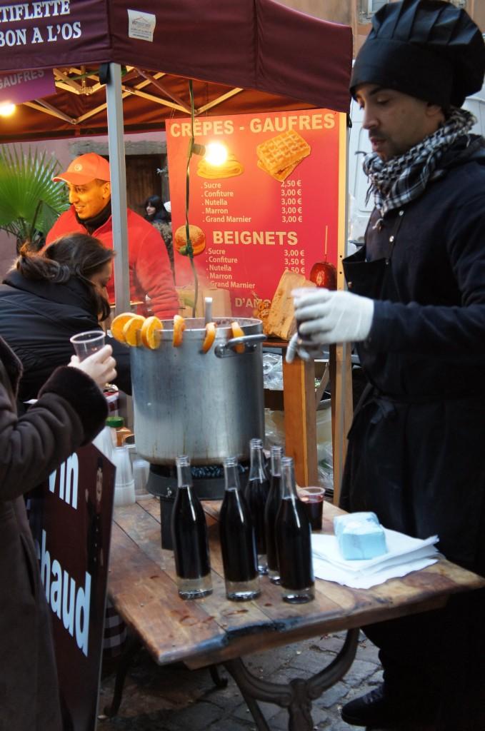 Infinitos puestos sirviendo vino caliente durante las fiestas. Geniales para combatir el frio!