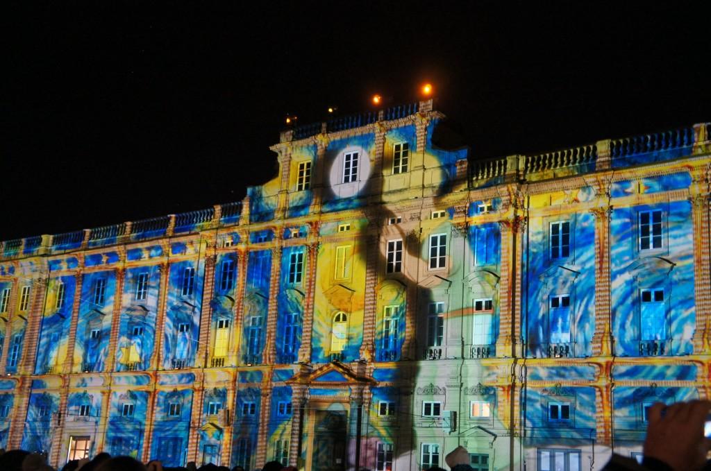 Iluminación animada sobre el edificio del ayuntamiento de Lyon