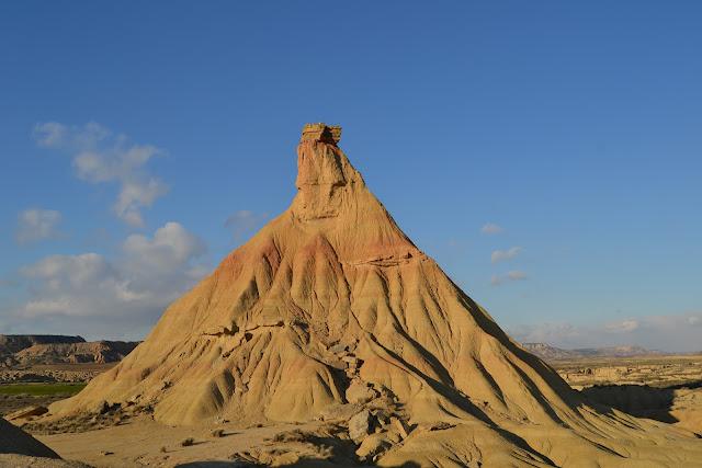 Una de las formaciones más famosas de las bardenas reales, donde se ven claramente los distintos colores de la arenisca.