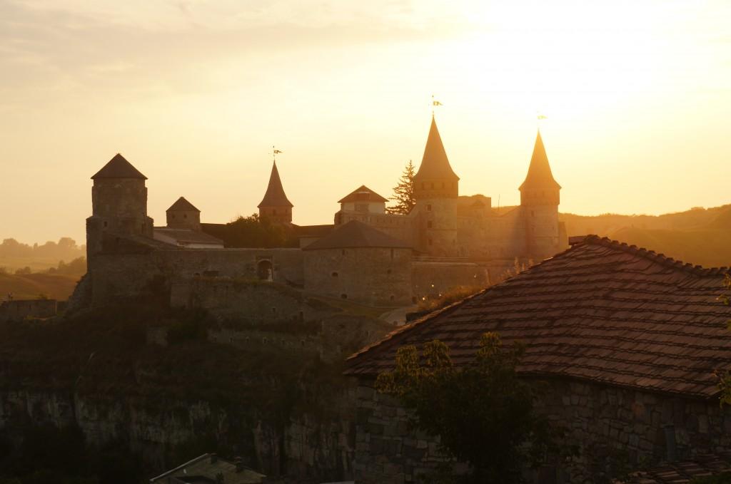 Puesta de sol en el castillo de Kamyanets-Podilsky, oeste de Ucrania