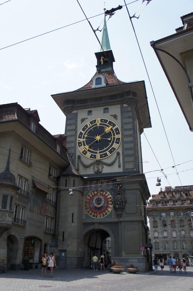 La torre del reloj. A cada hora salen unos muñequitos  de la parte superior del reloj que dan vueltas
