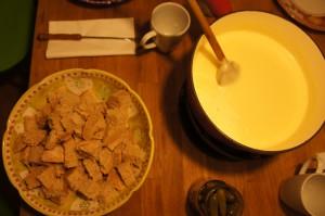 """Fondue tradicional de Fribourg """"moitié-moitié"""" (dos tipos de queso), acompañada con el pan del día anterior"""