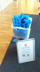 Plásticos para los pies en la entrada del gimnasio. ¡Limpieza ante todo!