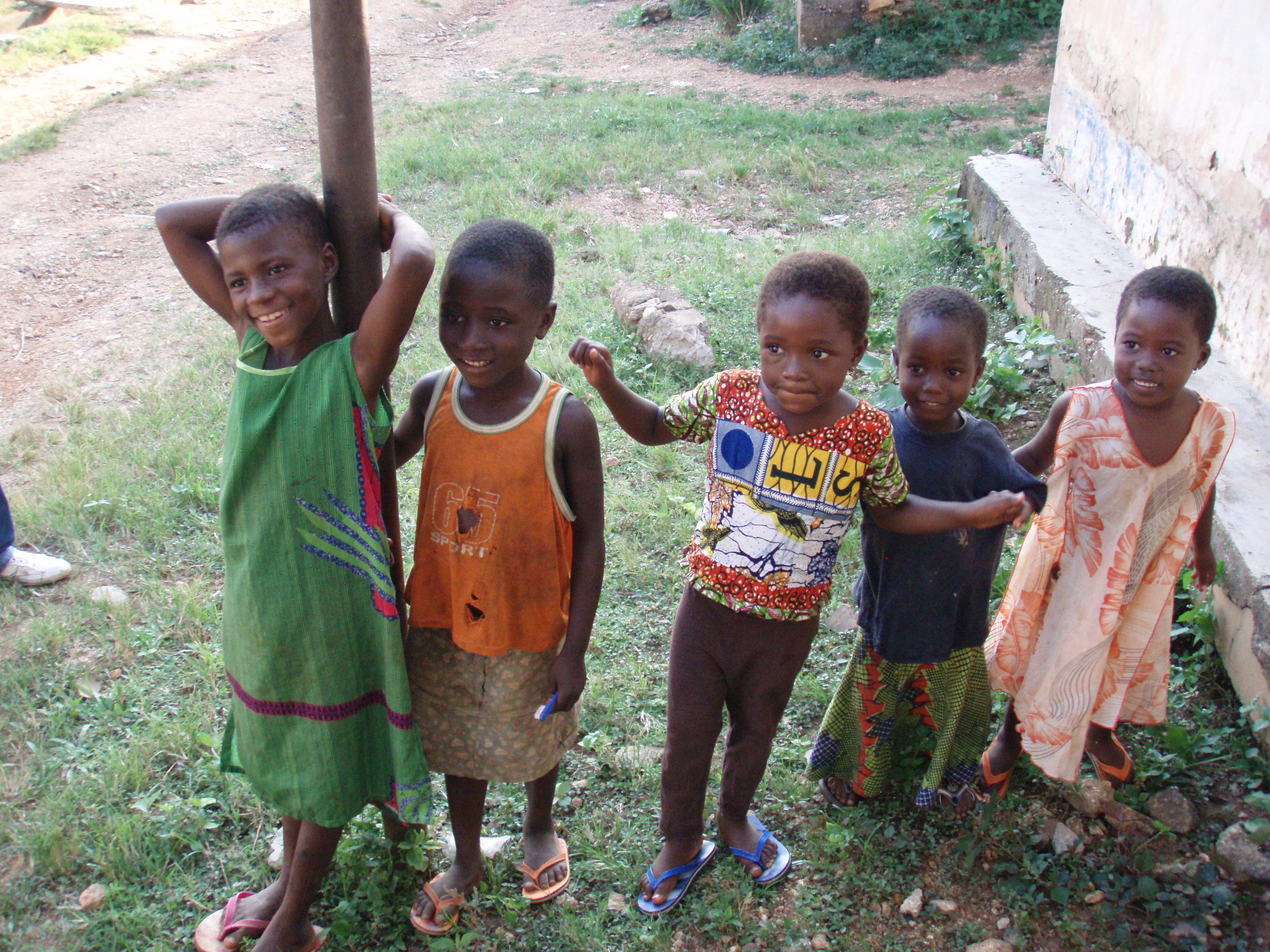 Niños que juegan gente en una aldea de Togo