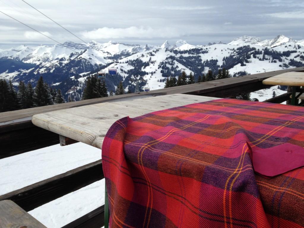 Vistas desde la terraza de un restaurante en las pistas de esquí de Saanenmöser