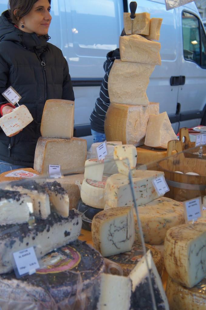 Mercado callejero de los sábados. Atención al tamaño de los quesos :)