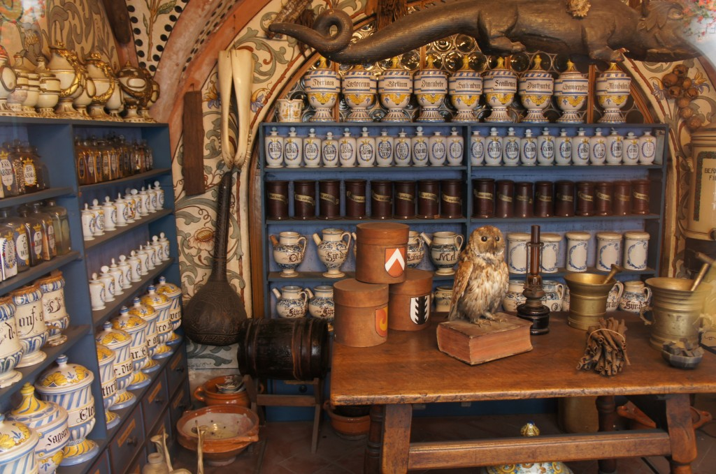 Interior de una farmacia local conservada como en su apertura