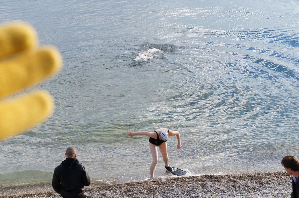 Una mujer bañándose en la playa de Neuchâtel cuando estábamos a 6ºC a inicios del invierno de 2013...
