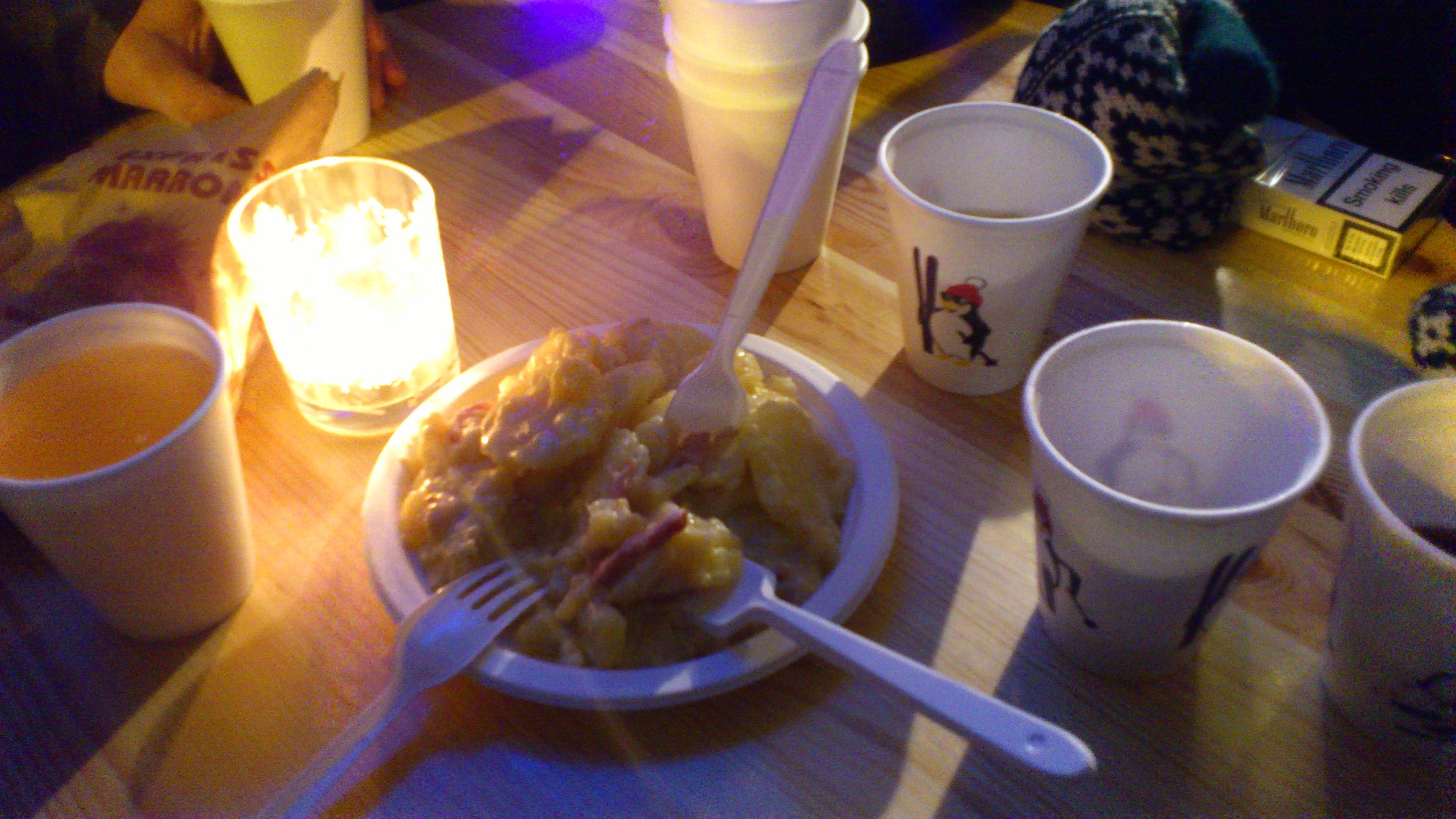 Tomando vino caliente y raclette en puestecitos ambulantes del mercado de Navidad