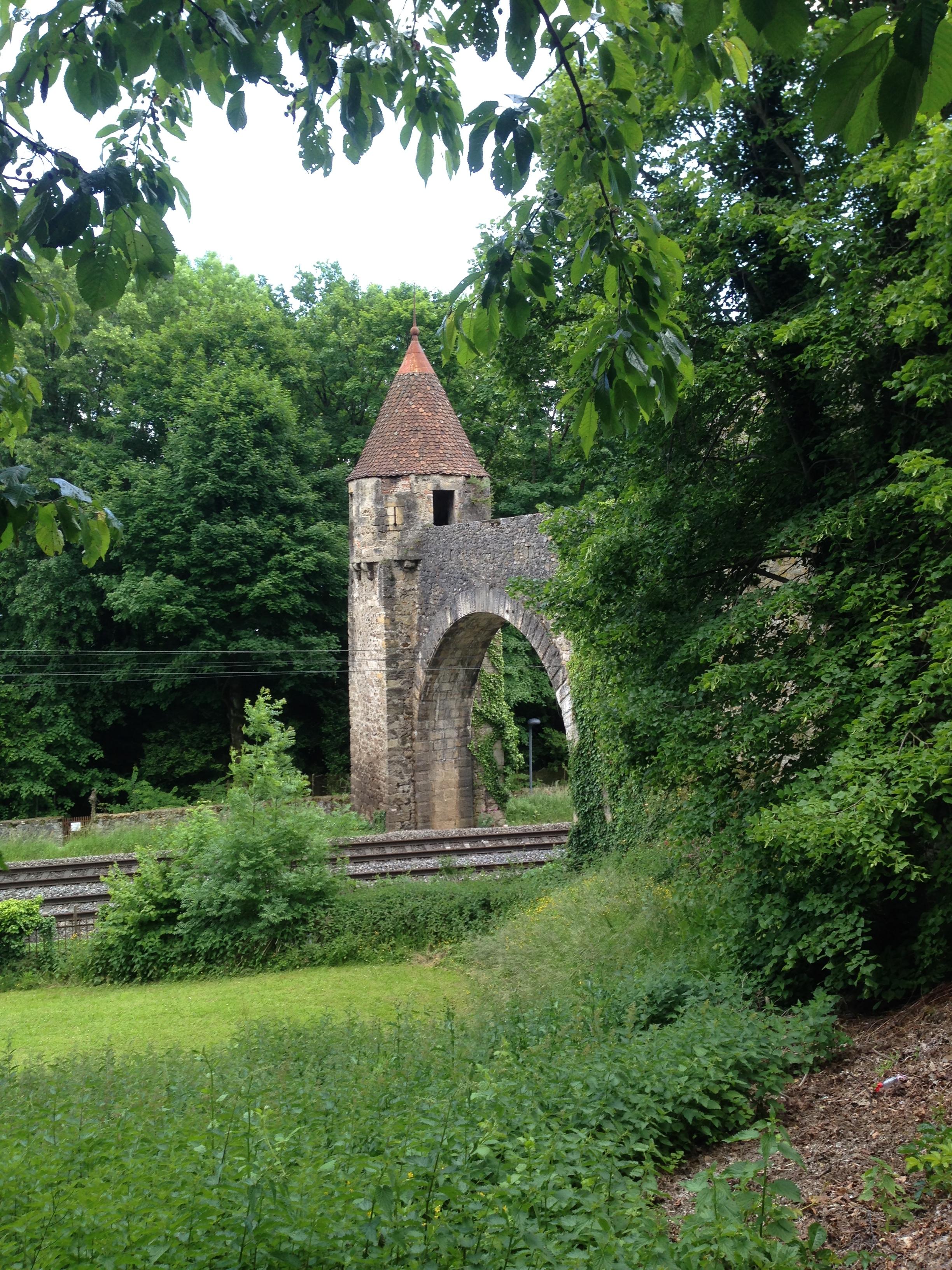 Vía de tren bajo el castillo de Grandson