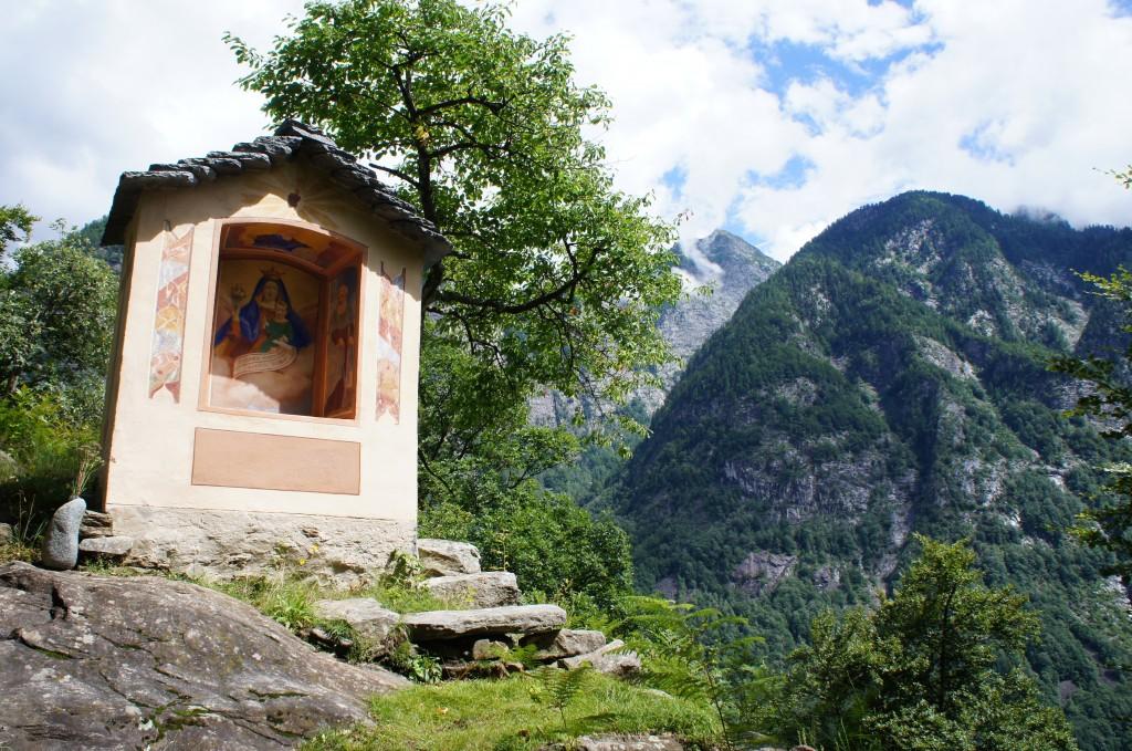 Capillas entre senderos perdidos por las montañas., pero siempre con flores frescas de los habitantes de las aldeas vecinas que, caminando, vienen cada día a reponer sus flores