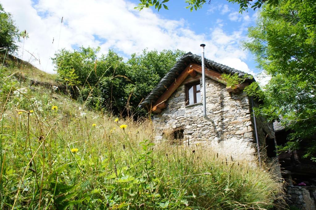 Más casitas tradicionales perdidas en plena naturaleza, lejos de las ciudades