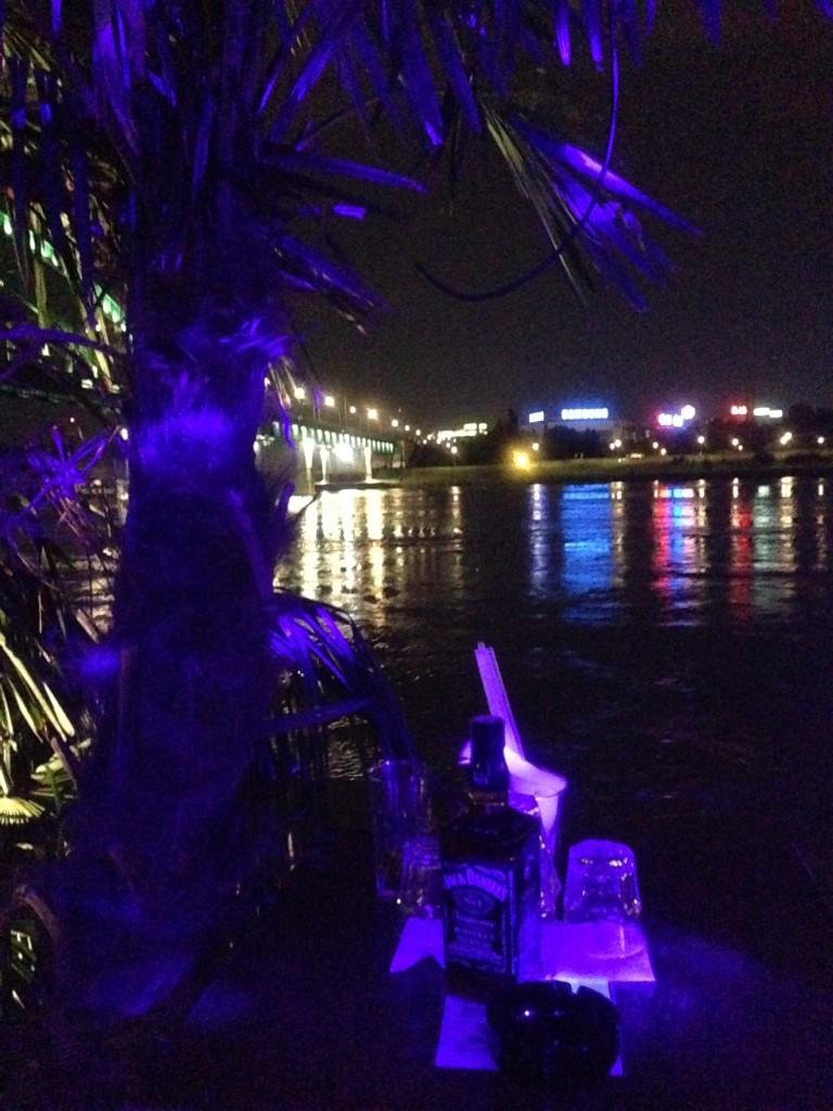 Foto tomada desde un barco-discoteca amarrado en el Danubio