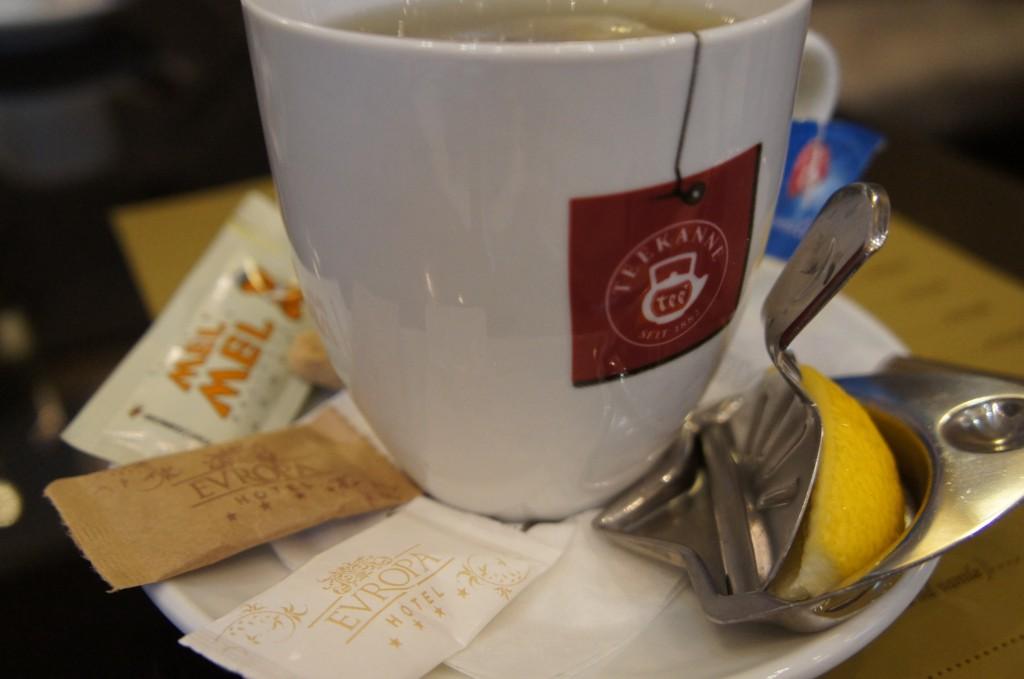 Té servido, como habitual, con azúcar moreno y miel. Y aparatito para exprimir el limon :)