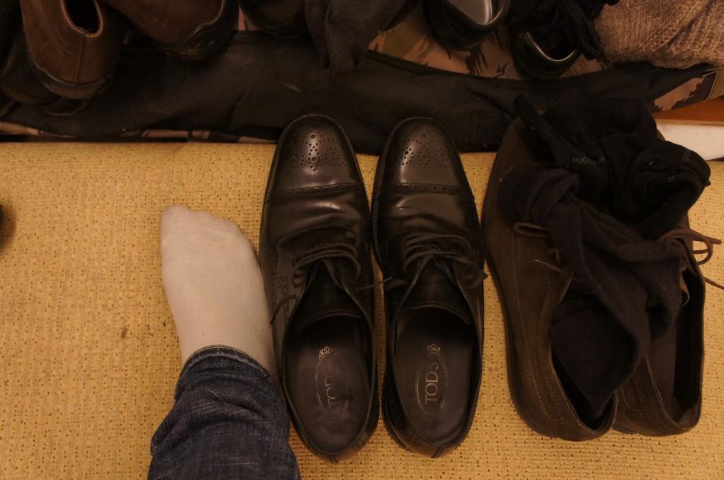 comparación de mi pie, número 41 español, con el de uno de los locales... Altura media serbia :)
