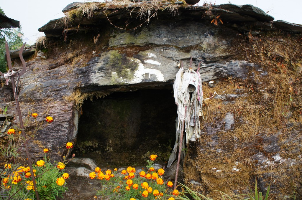 Cueva de meditación construida en la cima de la montaña hace años, donde un hombre se refugió a vivir en ella durante años para alcanzar la iluminación espiritual