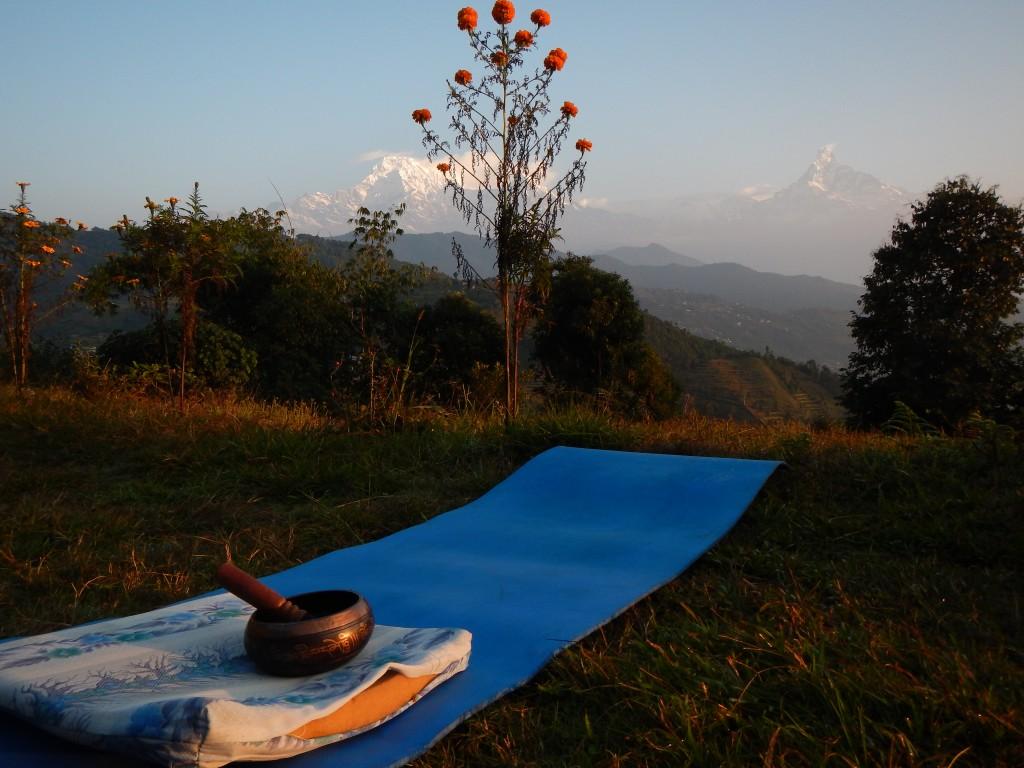 Sesión de meditación y yoga post-salida del sol frente a los Himalayas