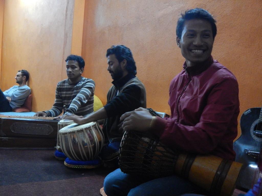 La última noche en el centro de Yoga fue muy especial, cantando mantras en sánscrito y tocando instrumentos locales en un ambiente excepcional